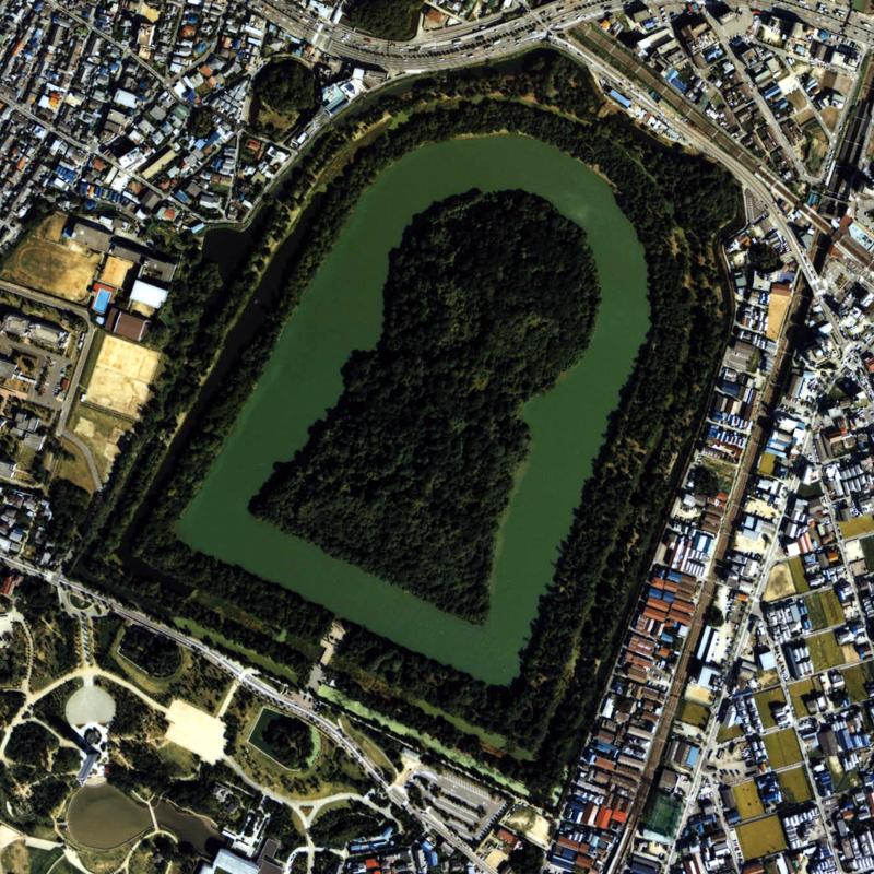 image of keyhole-shaped kofun tomb in Osaka from Wikimedia Commons
